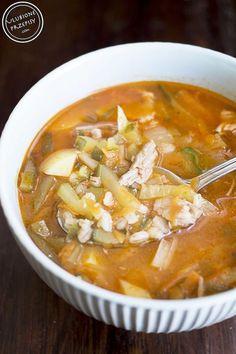Share Tweet Pin Mail Rassolnik – znana od wieków, tradycyjna rosyjska zupa ogórkowa przygotowywana z ogórków kiszonych, kaszy pęczak oraz wieprzowiny lub wołowiny (widziałam ...