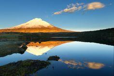 Ecuador bezit verschillende indrukwekkende actieve vulkanen. De Cotopaxi (foto) is met zijn pefecte kegelvorm één van de mooiste besneeuwde toppen (5.897 meter). Het kleine plaatsje Lasso ligt bij het Nationaal Park Cotopaxi. Chimborazo is met 6.310 meter de hoogste van het land. Sportievelingen kunnen de vulkanen beklimmen.