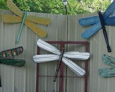 how to make Recycled Wood Dragon Flies - Dragonflies made from ceiling fan blades,table legs and some from old signs, barn tin and vintage wire Tyres Recycle, Reuse, Upcycle, Ceiling Fan Blades, Ceiling Fans, Wooden Crafts, Rustic Crafts, Wire Crafts, Dragonfly Art