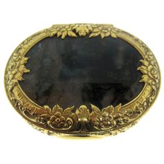 Early 19th Century Gold and Agate Snuff Box. Surrounded by beautiful carved floral motifs. Circa 1820. German