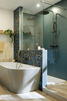La salle de bains, c'est LA pièce dédiée au bien être ! Surtout lorsqu'elle est ouverte sur la chambre… Ici, on a créé une ambiance tropicale tout en élégance. Les différents espaces de la salle de bains sont structurés par les couleurs, les motifs et les matières : vert chic dans la douche, motifs luxuriants pour l'espace bain et bois clair pour le coin vasque.   Bathroom Design Luxury, Home Upgrades, Bathroom Styling, Little Houses, Home Staging, Interiores Design, Bathroom Inspiration, Sweet Home, New Homes