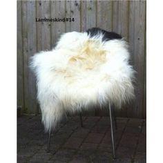 """#14 - Smukt, fyldigt og helt unikt lammeskind.  Hvert skind fra """"The Organic Sheep"""" er helt unik, og du har nu muligheden for at sikre dig dette exceptionelle skind #14 Pris 699,- Klik her: http://covermepure.com/lammeskind/383-langharet-skind-hvid-og-sort-organic-sheep.html  #lammeskind #theorganicsheep #covermepurewebshop #coolnordiclook #perfekttileamesstolen #jatak"""