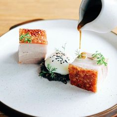 Pressed roasted pork belly with duxelles, sous vide egg & pork jus by - ・・・ Want your work to get featured as well? Simply tag your best pictures with ------------------------ sous-vide Bistro Food, Food Concept, Pork Belly, Pork Roast, Food Presentation, Food Plating, Creative Food, Food Design, Gastronomia