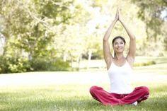 Jovem fazendo yoga ao ar livre