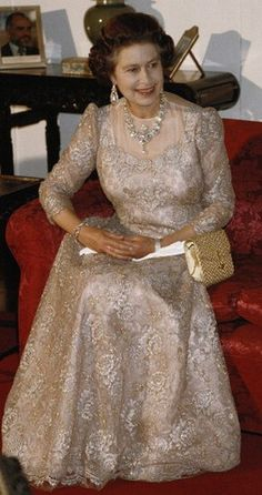 Queen Elizabeth, Sri Lanka, 22 October 1981 I like to full sleeve, floor-length dresses so I love this one. I love the Royal style of the Queen Mother dress. Hm The Queen, Royal Queen, Her Majesty The Queen, Reine Victoria, Queen Victoria, Princesa Elizabeth, Prinz William, English Royal Family, Mode Chanel