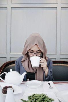 "minum air angett,,pagi2 but btw ini di bukan rumah lho. tp ini di dlm foto studio xixixixixixixi..temanya ""breakfast"" @MyLia"