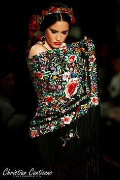 Mantón de manila Spanish Fashion, Spanish Style, Fashion 2018, Fashion Art, Womens Fashion, Dark Red Roses, Romance Art, Mexican Dresses, Silk Shawl