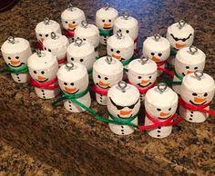 Champagne Cork Snowmen … – Christine Klingler Champagne Cork Snowmen … Champagne Cork Snowmen More – Snowman Crafts, Christmas Projects, Holiday Crafts, Christmas Crafts, Wine Cork Ornaments, Hand Painted Ornaments, Xmas Ornaments, Wine Craft, Wine Cork Crafts