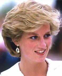Princess Diana so beautiful ❤️❤️ Princess Diana Hair, Princess Diana Fashion, Princess Diana Pictures, Real Princess, Princess Margaret, Princess Of Wales, Thin Hair Haircuts, Lady Diana Spencer, Thing 1