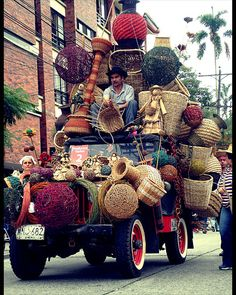 Transporting the recent crafts to the local market - only in Colombia! People Around The World, Travel Around The World, Around The Worlds, Colombian Culture, Colombia South America, Spanish Culture, Colombia Travel, Jeep, Transportation