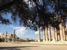 Tempo de Zeus Olímpico: Também conhecido como Olympeion, o templo em honra a Zeus que começou a ser construído no séc. VI a.C e só foi concluído por Adriano em 124 d.C. Originalmente eram 104 colunas e dentro do templo ficava uma estátua colossal do deus Zeus, rei dos deuses.