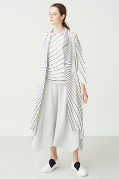 See the complete Issey Miyake Resort 2018 collection.