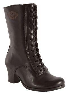 Sirot ja naiselliset nilkkurit, jotka ovat valmistettu laadukkaasta nahasta käsityönä. Koot 36-41. Vintro, nimensä mukaiset ja vanhaan tyyliin huokuvat kengät, joissa silmä ja jalka lepää. Kauniina yksityiskohtana on piparireuna nyörityksen ympärillä. Sulavan näköinen muotoiltu korko on kaunis, mutta myös tukeva. Huopavuori tekee kengistä syys ja talvikäyttöiset. Voit siis nauttia kengistäsi pitkään, koko talven yli. Nyörityksen ansiosta kengät menevät myös leveämpään nilkkaan / pohkeeseen… Fuzz, Combat Boots, Wedges, Shoes, Fashion, Moda, Zapatos, Shoes Outlet, Fashion Styles