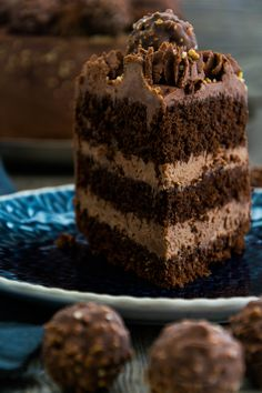 Chocolate nut cake with Ferrero Rocher - Modern Biscuit Nutella, Nutella Cookies, Food Cakes, Best Cake Recipes, Dessert Recipes, Ferrero Rocher Torte, Salted Caramel Cupcakes, Cheap Clean Eating, Salty Cake