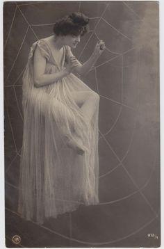 Neue-Photographische-Gesellschaft-NPG-Berliini-1910/ Surrealismia ja silmänlumetta 1900-luvun alun valokuvakorteissa | Suomen valokuvataiteenmuseo.
