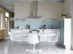 RENT OG LYST: Kjøkkeninnredningen er fra JKE., kjøkkenbordet fra Arper og stolene fra Vitra.