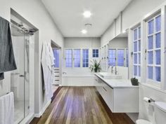Modern bathroom design with built-in shelving using frosted glass - Bathroom Photo 154079