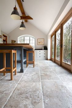 rustic flooring Bordeaux French Limestone is a hard-wearing, rustic stone floor tile, ideal for kitchens. A handcrafted surface with neutrally toned variation creates a timeless flagstone floor. Stone Tile Flooring, Flagstone Flooring, Natural Stone Flooring, Slate Flooring, Kitchen Tile Flooring, Natural Stone Tiles, Best Flooring For Kitchen, Tiled Floors, Travertine Floors