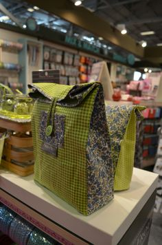 10/2/2014 Craft Bags, Diy Bags, Couture Sewing, Quilted Bag, Handmade Bags, Sewing Tutorials, Purses And Bags, Totes, Lunch Box