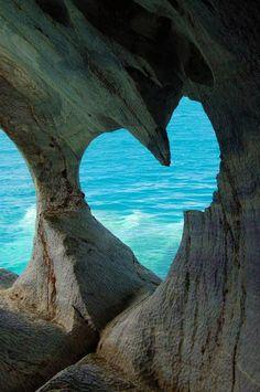 Corazón en blanco de la cueva de la isla de Milos, Grecia