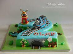 Children's Birthday Cakes - Thomas the train and windmill cake | https://lomejordelaweb.es/