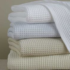 The classic waffle weave of our cotton thermal blanket is designed to shelter warmth, while its pure cotton offers dulcet softness and inviting comfort.
