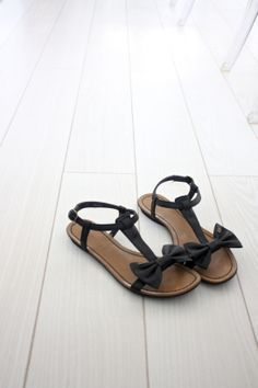 homevialaura | bow sandals | white floor