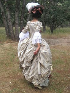There are so many talented costumers out there and although until now I've refrained from posting their work, I feel that some, one of them being cazonetta, truly deserve attention from a larger audience.  Robe a la polonaise.