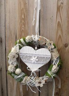 Haltbarer Kranz, auch schön als Hochzeitsdeko für die Tür oder als Willkommensgruß für den Festsaal.  Der weiß gekalte Naturkranz ist mit Rinde, Moos,