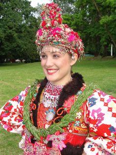 Croatia, Turopolje, Mladenka iz Blata(nosi na glavi svadbenu krunu oglavlje koje se nosilo samo za vjenčanje). Bride from Blato, near Zagreb.