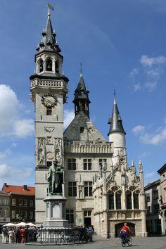 Aalst / De deels aangebouwde gotische belforttoren 1407-1460 werd na brand in 1879 gerestaureerd 1891-1896 In de laatgotische nissen 1555 staan een krijger en een poorter -macht en vrijheid-