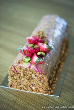 Bûche de Noël mousse de framboise, pistache et chocolat