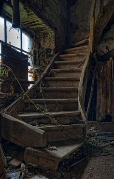 I would love to walk through all the old abandoned buildings Old Abandoned Buildings, Abandoned Property, Abandoned Mansions, Old Buildings, Abandoned Places, Stairway To Heaven, Haunted Places, Stairways, Belle Photo