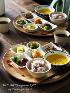 Japanese lunch - Note: here are 2 lunch sets for 2 people. This is what a healthy meal portion looks like. Note also: no dessert. Japanese Lunch, Japanese Dishes, Japanese Food, Sushi Comida, Asian Recipes, Healthy Recipes, Sushi Recipes, Plate Lunch, Food Presentation