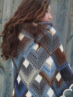 Pretty sure this is knit but I can see it being done in crochet. It's the white center that ties all these colors together Poncho Au Crochet, Knit Or Crochet, Knitted Shawls, Knitted Blankets, Crochet Scarves, Crochet Clothes, Poncho Shawl, Cardigan, Lace Knitting Patterns