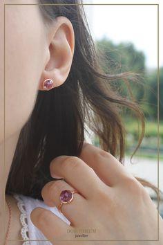 """Amethyst Schmuck sieht nicht nur toll aus, sondern trägt auch eine tiefere Bedeutung mit sich. Das Wort Amethyst wird vom griechischen """"amethystos"""" abgeleitet und bedeutet """"vor Trunkenheit schützen"""". Besonders modern sieht der Amethyst in Kombination mit Roségold aus! Stud Earrings, Jewelry, Fashion, Gemstones, Ear Gauge Plugs, Earrings, Moda, Jewlery, Bijoux"""