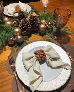 Rose Gold Christmas Decorations, Diy Christmas Garland, Christmas Table Settings, Christmas Tablescapes, Christmas Tree Themes, Christmas Time, White Christmas, Decoration Evenementielle, Party