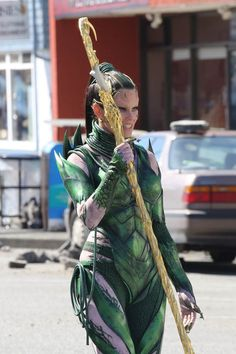 Elizabeth Banks looks like a pretty weed in costume as Rita Repulsa on set of Power Rangers movie in Vancouver|Lainey Gossip Entertainment Update