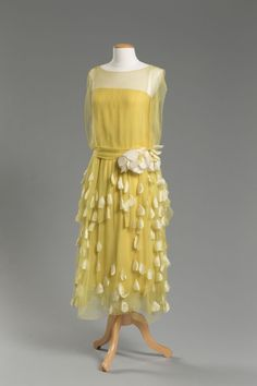 Yellow silk chiffon and taffeta evening dress, maker unknown, purchased at Quinn-Maahs department store in Cleveland, around 1925 30s Fashion, Moda Fashion, Fashion History, Art Deco Fashion, Retro Fashion, Vintage Fashion, Fashion Design, 1920s Outfits, Vintage Outfits