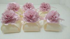 Embalagem bem casado em tecido com flor de cetim A flor pode ser em outras cores e a embalagem pode ser em outra cor também.. Consulte-nos as cores disponiveis.. Duvidas estamos a disposição