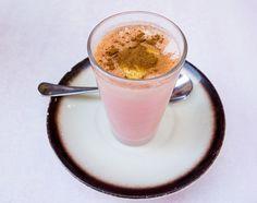 """En Almería un """"americano"""" no es un #café, es una curiosa bebida caliente de color rosa coronada con una piel de limón y canela"""