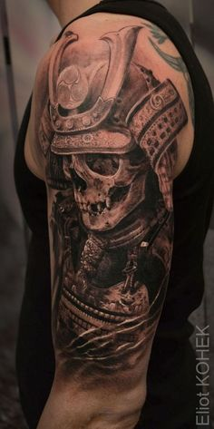 samurai tattoo, arm, oberarmtattoo in schwarz und grau