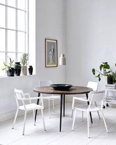 @housedoctordk har kreeret et virkelig fint, rundt spisebord i mangotræ, som skaber en god kontrast til de lyse vægge og gulve. #stol #spisebord #boligmagasinet