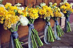 Bouquets de noiva e madrinhas em amarelo. #casamento #bouquetdenoiva #ramodenoiva #flores #amarelo