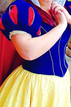 Princess Movies, Disney Princess Dresses, Pocket Princesses, Disney Princesses, Disney Cosplay, Disney Costumes, Snow White Cosplay, Disneyland Princess, Snow White Dresses