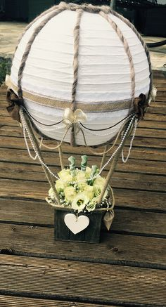 Wedding balloon gift - wedding pictures Wedding gift hot air balloon Source by wohnklamotte Hot Air Balloon Centerpieces, Baby Shower Table Centerpieces, Balloon Decorations, Diy Balloon, Balloon Gift, Balloon Ideas, Diy Pinterest, Hanging Paper Lanterns, Confetti Balloons