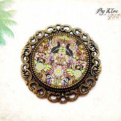 Broche cabochon • motif folklorique • fleurs oiseau vert violet verre