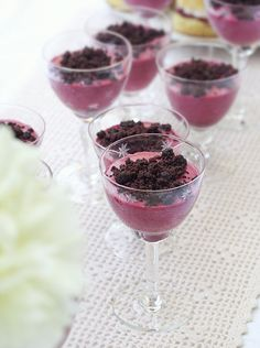 mousse ai frutti di bosco con crumble di brownies - summer berries mousse with brownies crumble