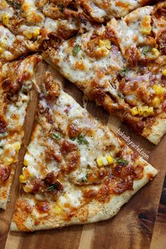 Homemade thin crust barbecue chicken pizza with crispy bacon, fresh corn and onions. It's crispy and cheesy and everything you desire in a good pizza. Pizza Legal, Barbecue Chicken Pizza, Pulled Pork Pizza, Chicken Bacon, Baked Corn, Cooking Recipes, Healthy Recipes, Gourmet Pizza Recipes, Barbecue Recipes