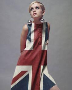 Twiggy in union Jack dress Sixties Fashion, 60 Fashion, Fashion History, Retro Fashion, Fashion Models, Vintage Fashion, Fashion Design, Fashion Tips, 1960s Mod Fashion